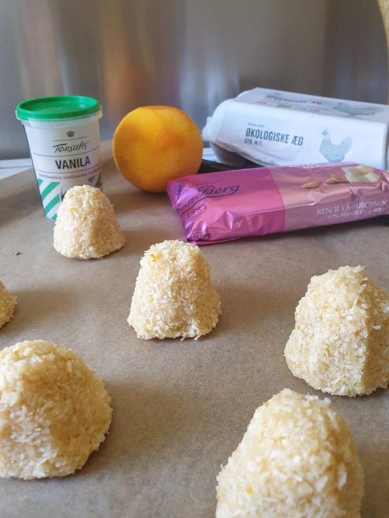 Kokostoppe med marcipan og revet appelsinskal