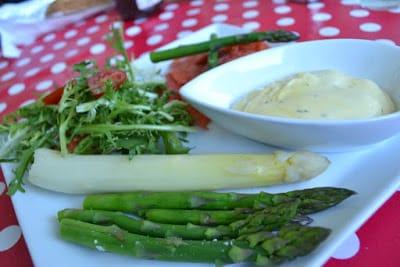 Koldrøget Alaska-laks med hvide og grønne asparges