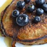mælkefri bananpandekager med blåbær og ahornsirup