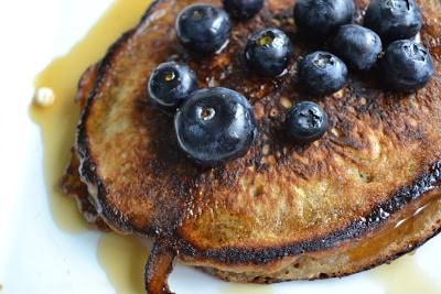 Mælkefri bananpandekager med ahornsirup og blåbær