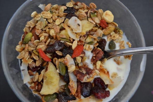 Hjemmelavet granola – müsli i luksusudgave med tranebær, gojibær og pekannødder