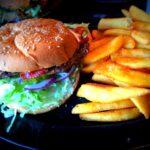 Burger and fries fra SHARKS Poolbar i Århus