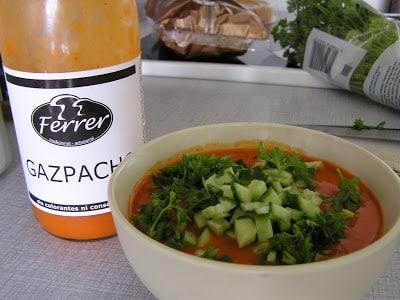 Citron- og hvidløgsmarineret kylling med gazpacho til forret