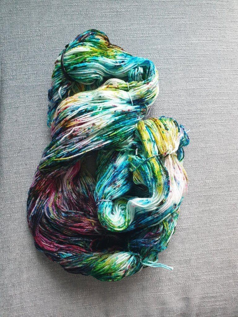 håndfarvet garn i turkise, gule og grønne farver