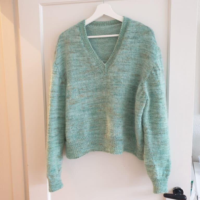 Turkis strikket sweater i håndfarvet hedgehog sock garn